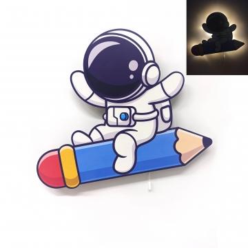 CajuArt Kalem Üzerinde Astronot Ahşap Led Işıklı Çocuk Odası Duvar Tablosu Dekor