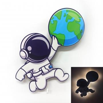 CajuArt Dünya Elinde Astronot Ahşap Led Işıklı Çocuk Odası Duvar Tablosu Dekor